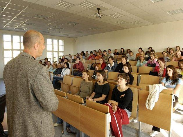 Studenty letos čekají první státnice.