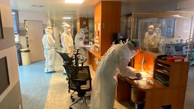 Zdravotníci a personál Nemocnice Znojmo bojuje s covidem s maximálním nasazením.