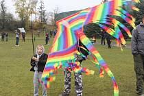 Tasovické hřiště zažilo drakiádu. Kromě pouštění draků mohly děti plnit i řadu dalších úkolů.