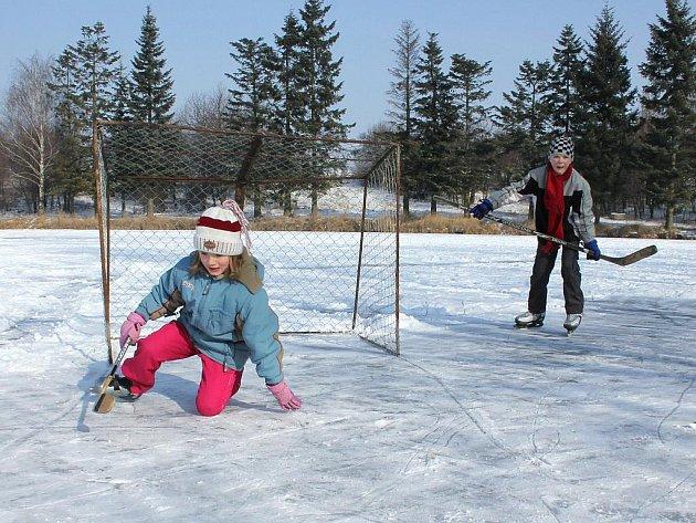 Děti si jarní prázdniny užívají nejen na sněhu, ale také na bruslích.