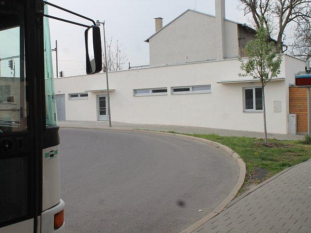 Nová prodejna vyrostla nedávno v rohu znojemského autobusového nádraží.