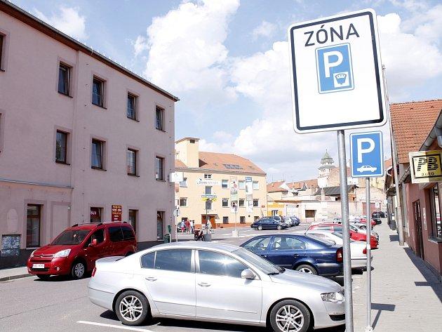 Drobní živnostníci z Tovární ulice se zlobí, že jejich zákazníci nemají možnost využít alespoň několika desítek minut bezplatného parkování, aby si u nich mohli nakoupit.