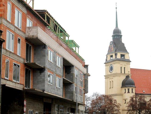 Lodžie bytového domu v Bezručově ulici jsou trnem v oku pro některé obyvatele Znojma.
