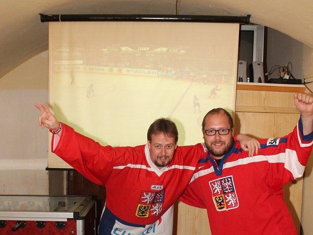 Společně sledovali utkání i hokejoví fanoušci ve znojemském baru U Slimáka.