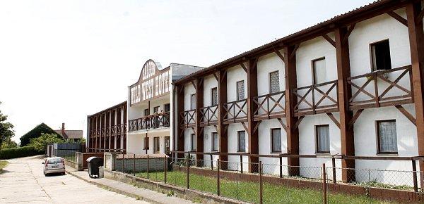 Bývalý Wild West Hotel vDyjákovicích dnes poskytuje přístřeší třem desítkám sociálně slabých lidí.