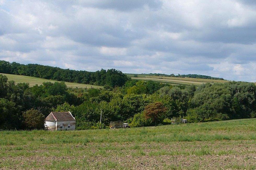 Ječmeniště (Gerstenfeld) - Pohled na kapli. Jediná dochovaná větší budova z původní obce. Na svahu za kaplí jsou vidět dožívající původní ovocné sady.