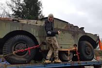 Petr Prokeš a Petr Klíčník opravují obrněné vozidlo, chtějí ho vystavit u svého bunkru u vsi Dyje.