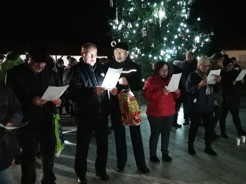Ve Skalicích na Znojemsku se sešlo bezmála sto lidí. S Deníkem Rovnost  si zazpívali místní i přespolní. Podle pořadatelů je to pěkný důvod se setkat.