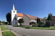 Sociální bydlení za téměř osmnáct milionů korun staví v Suchohrdlech u Miroslavi na Znojemsku. Dočasné útočiště v něm najde celkem sedm rodin či jednotlivců z obce.