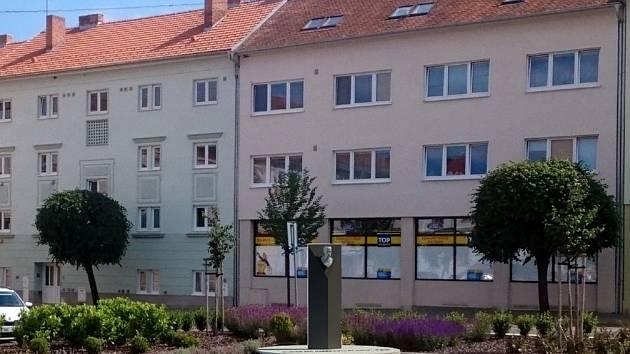 Návrh památníku československé státnosti od  Tomáše Pavlackého a Michaela Gabriela pro krumlovské Masarykovo náměstí.