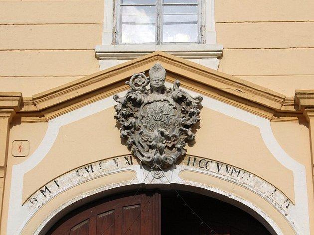 Se symboly vína se člověk setká v Šatově na každém kroku.