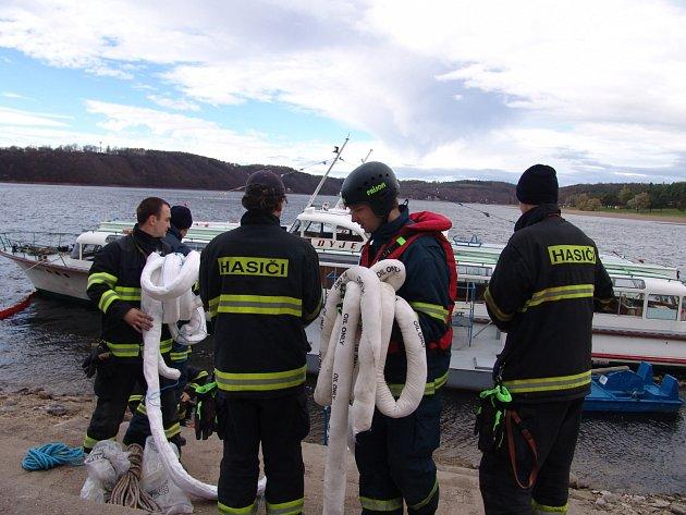 Ropné látky likvidovali hasiči z hladiny vranovské přehrady v místě asi sto metrů od hráze. Proud je odnášel i do Švýcarské zátoky.