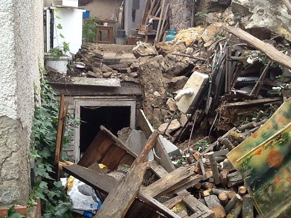 Vúterý odpoledne zasahovali kvůli podmáčené půdě hasiči istrážníci také na křižovatce Dyjské a Koželužské ulice ve Znojmě. Na dvorek jednoho ztamních domků se zřítila část skály.
