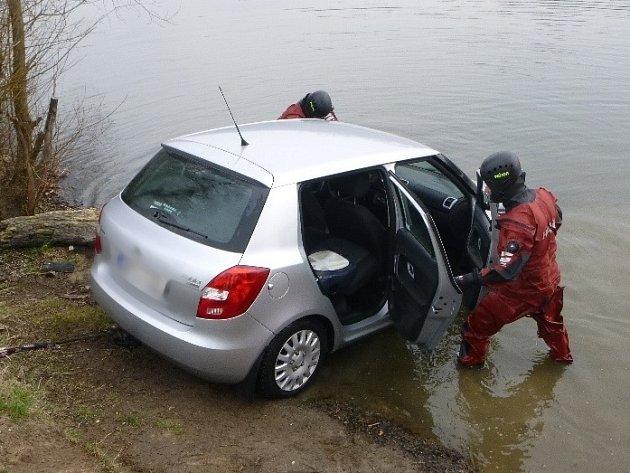 Zřejmě špatně zaparkované auto sjelo v pátek ráno do vodní nádrže v Plavči.