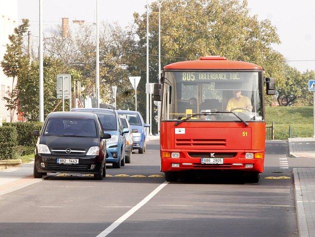 Některým obyvatelům Dlouhé ulice vadí projíždějící autobusy.