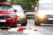 S novinkou přišla policie a znojemská radnice v některých ulicích města. Například v Jarošově ulici či v Loucké mají zvýšit bezpečnost chodců na přechodech červenobílé plastové obrubníky.