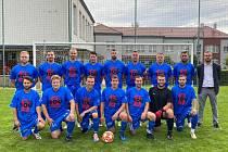 Fotbalististy Blížkovic vedl na podzim v I. B třídě hrající trenér Martin Pikolon (třetí zprava). Asistenta mu dělal Jan Holík (v saku).