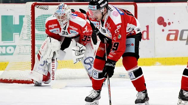 Znojemští hokejisté (v červeném) v pátek vyzvali během 7. kola EBEL mistra loňského ročníku z Klagenfurtu.