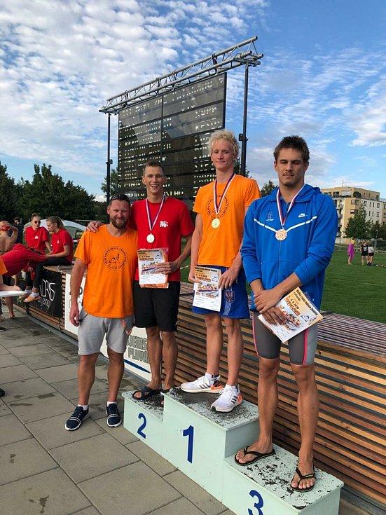 Plavec Adam Hlobeň (třetí zleva) bodoval v září i na domácí Velké ceně města Znojma.