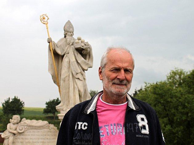 NA OPRAVENÉM MOSTĚ. Starosta Grešlového Mýta Ivo Hos před nejznámější památkou obce. Na svatého Mikuláše ale projíždějící řidiči troubí mylně. Jejich patronem je totiž svatý Kryštof.