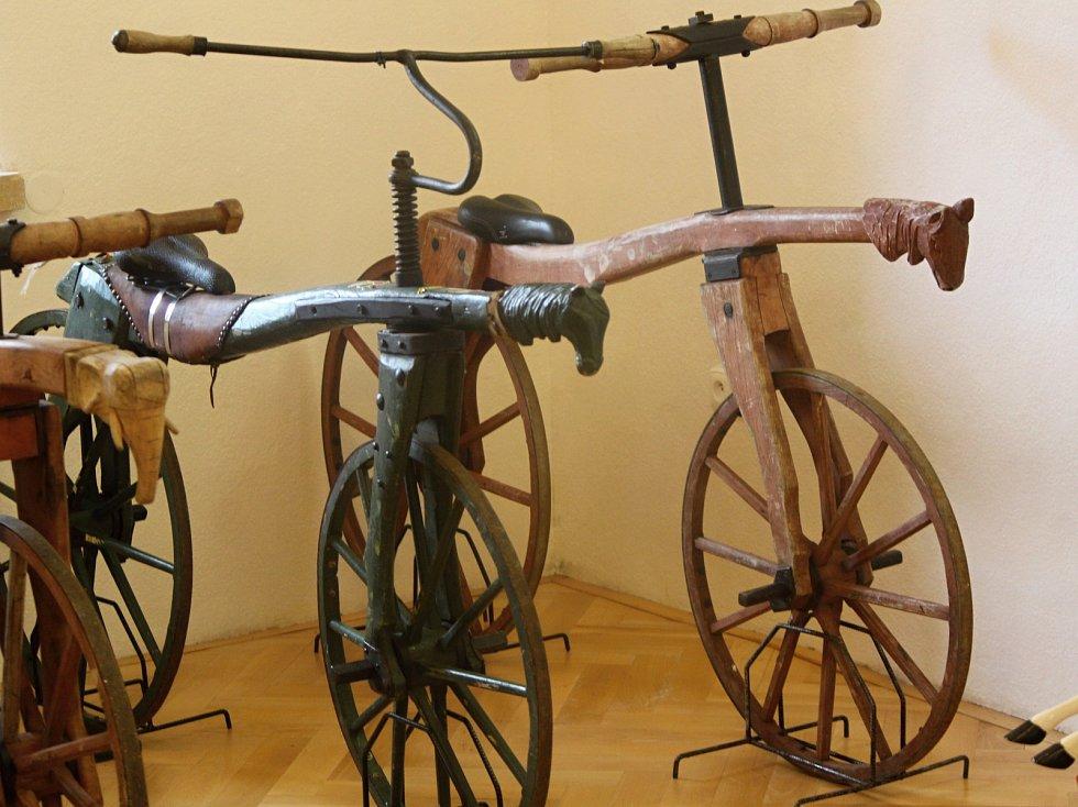 Výstavu organizuje znojemský CykloKlub Kučera. Exponáty zapůjčilo Muzeum kol v Boskovštejně, Muzeum motorismu ve Znojmě a sběratel Ivan Křivánek.