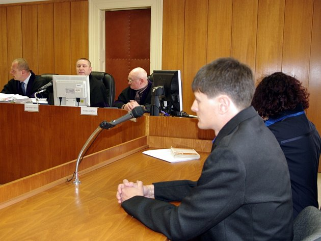 Znojemský soud začal projednávat žádost Jaroslava Schindlera o obnovu řízení kvůli trestu za loupežná přepadení. K činům se loni doznal a byl pravomocně odsouzen jiný pachatel. Senát vedený předsedou znojemského soudu Jaromírem Kapinusem Schindera vyslech