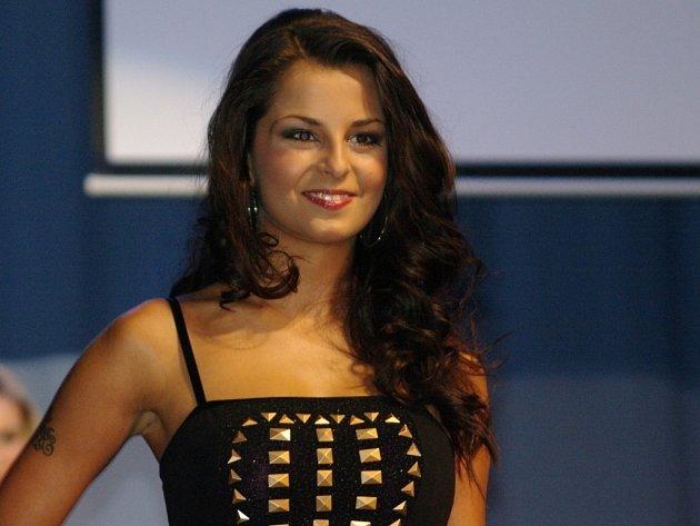 Dvanáct dívek soutěžilo v sobotu večer v Městském divadle ve Znojmě o titu Miss Znojmo Open 2013.Korunku a šerpu vítězky udělila porota dvacetileté studentce Kateřině Šidlové z Moravského Krumlova.