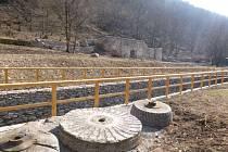Po letech se dočkala oprav zchátralá papírna u Hnanic. Původní fotografie ukazují, jak ruiny i náhon dříve vypadaly.