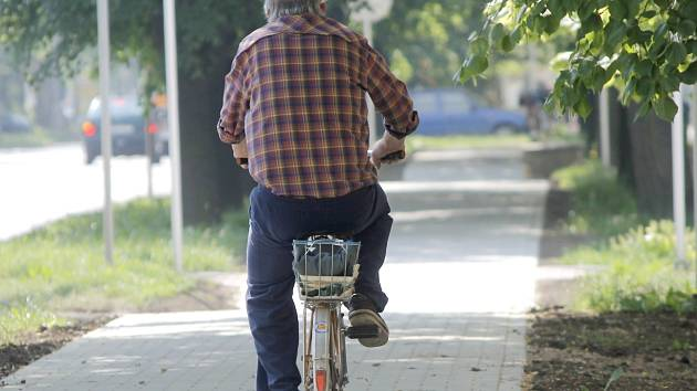 Cyklisté získali opravenou stezku v ulici Pražská. Je širší a má pozvolnější nájezdy.