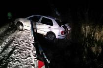 Na zledovatělé silnici u Těmic na Hodonínsku skončilo auto mimo silnici. Hasiči odřezali část mostní konstrukce a auto vyprostili. Při nehodě se nikdo nezranil.
