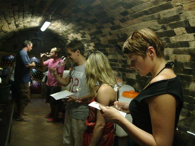 Čtrvrtý den Otevřených sklepů připravili na první srpnovou sobotu pořadatelé v Jaroslavicích. Navzdory horku se mezi dvacítkou sklepů místních vinařů procházely stovky přátel dobrých vín.