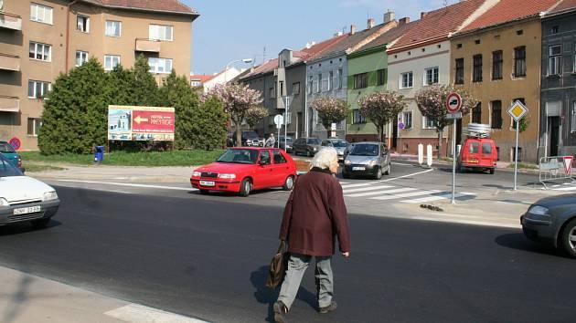 Kdo z koho? Všední dopoledne na jedné znojemské ulici.