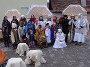 Děti v Kuchařovicích v neděli  odpoledne zahrály vánoční příběh pro zhruba dvě stovky diváků.