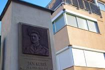 Hrdinu protinacistického odboje Jana Kubiše připomíná od úterý ve Znojmě pamětní deska odhalená u zaniklých kasáren v Jarošově ulici, kde Kubiš jako mladý voják sloužil.