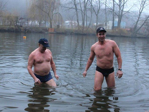 POSLEDNÍ MOHYKÁNI. Otužilci Lubomí Pelech a Petr Konvalina při letošní novoroční koupeli.