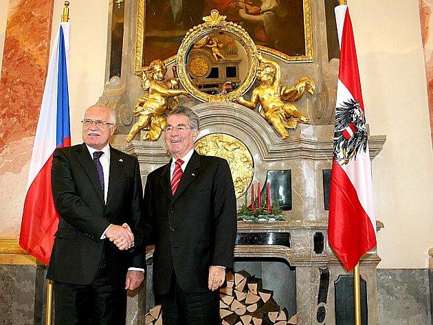 Prezidenti Klaus a Fischer v Mramorovém sále kláštera v Geras.