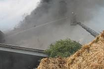 Požár skaldu s balíkama slámy v areálu zemědělské firmy v Oleksovicích.