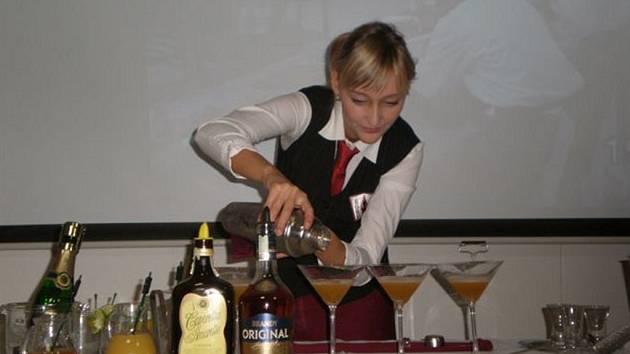 Barmanka Zuzana Hammerová připravuje soutěžní alkoholický nápoj