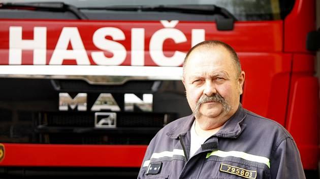 Pětašedesátiletý hasič František Karásek byl do konce prosince nejdéle sloužícím aktivním zásahovým hasičem v České republice. Kvůli služebnímu zákonu musel ke konci roku s prací skončit. Nechtělo se mu.