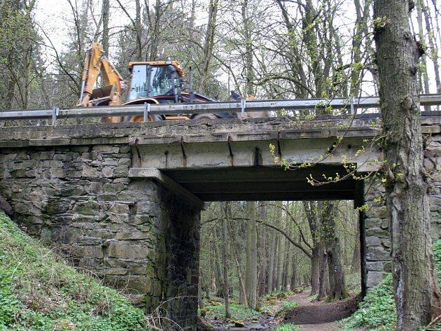 Most přes granický potok čeká oprava