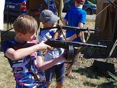 Stovky návštěvníků v sobotu přilákal program v areálu pěchotního srubu Zahrada u Šatova. Prohlíželi si zbraně, ukázky výzbroje či historická vojenská vozidla a  soutěžili v dovednostech.