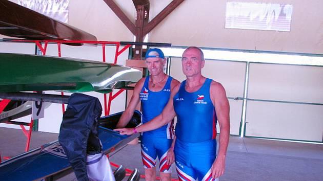 Kanoisté František Brychta (vlevo) a Milan Janeček si dokázali splnit sen. Na veteránském MS v Szegedu vyhráli kategorii K2 na dvě stě metrů.