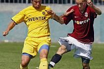 Utkání 1. kola 2. fotbalové ligy mezi celky AC Sparta Praha a 1. SC Znojmo hrané 31. července 2010 v Praze. Todor Yonov ze Znojma (vlevo) a Ondřej Kraják ze Sparty (vpravo).