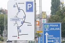 Novinkou pro letošní léto jsou informační tabule na přijezdech do Znojma. Mají řidičům pomoci v orientaci k parkovištím.