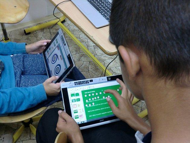 Školákům ve Znojmě zpříjemnily výuku tablety a počítače.
