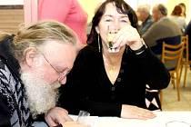 Ochutnávka vín v kulturním domě v Žeroticích.