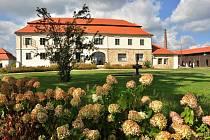 Kdysi středověká krčma, později továrna na výrobu keramiky v Kravsku na Znojemsku zvaná Kocanda po rekonstrukci. Na vlastní náklady ji opravili manželé Ludmila a Jan Zmekovi.