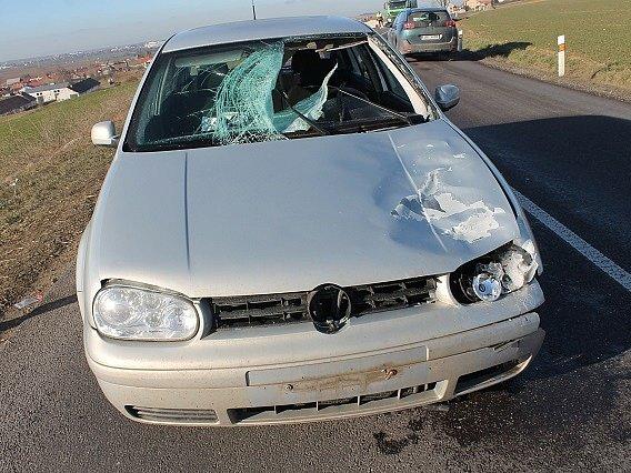 Obrovské štěstí měl řidič, jehož čelní sklo prorazil uvolněný kus ledu, který proletěl celým autem.