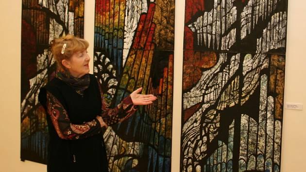 Jiřina Adamcová před svými obrazy