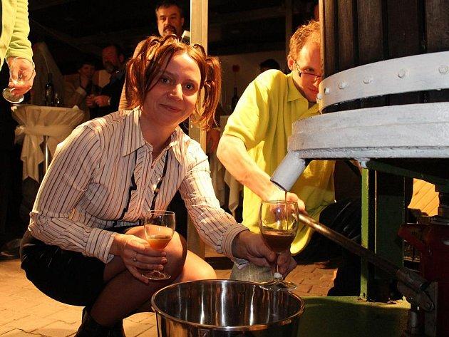 Již tradiční společenská akce zakončila ve čtvrtek lisování slámového vína Vinných sklepů Lechovice.
